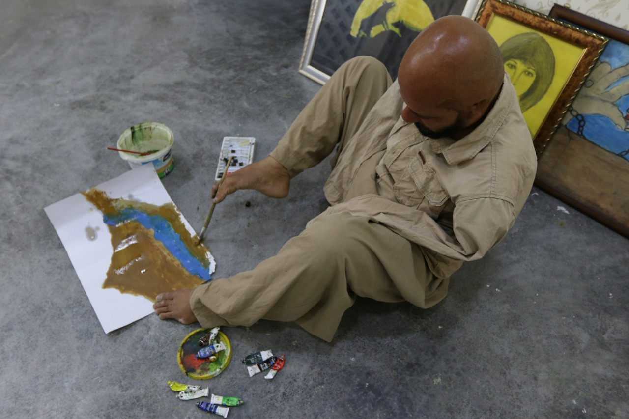 127-232405-iraqi-artist-paints-feet-lost-his-arms-accident-5