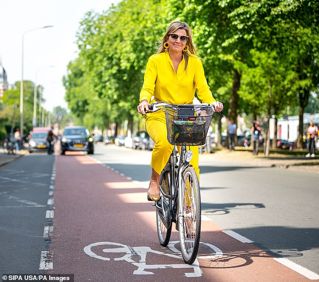 29132144-8381061-The_mother_of_three_appeared_relaxed_as_she_rode_along_a_cycle_p-a-1_1591127153796